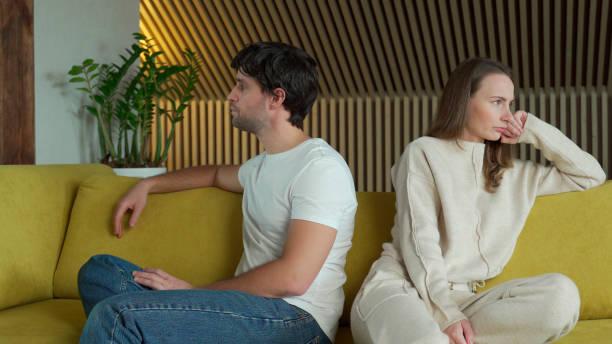 Мужчина игнорирует женщину: почему и что делать
